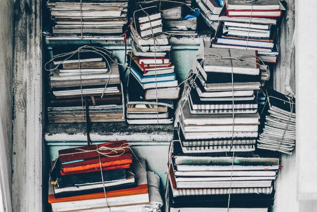 Ein Bild von einem Bücherregal