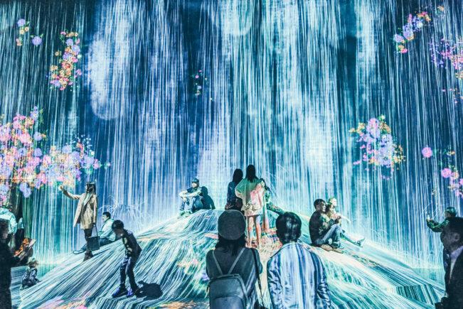 Menschen vor einem Wasserfall